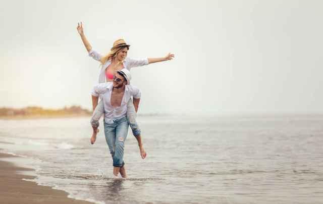 Καλοκαιρινές σχέσεις: Σχέσεις ζωής ή περιπέτειες με ημερομηνία λήξης;