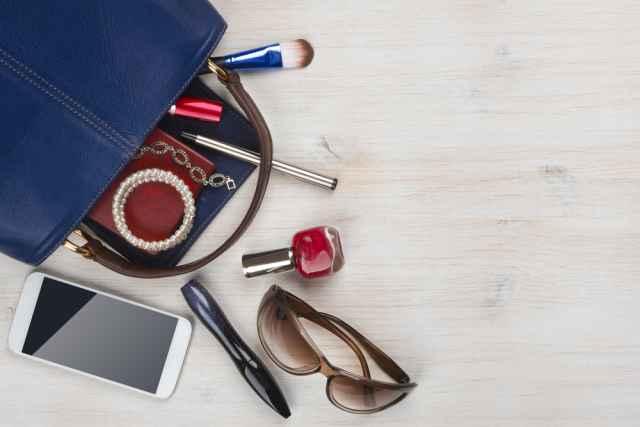 Τι έχουν οι κυρίες των ζωδίων μέσα στην τσάντα τους;