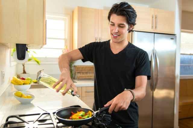 Ζώδια και μαγειρική. Ένας άντρας στην κουζίνα.