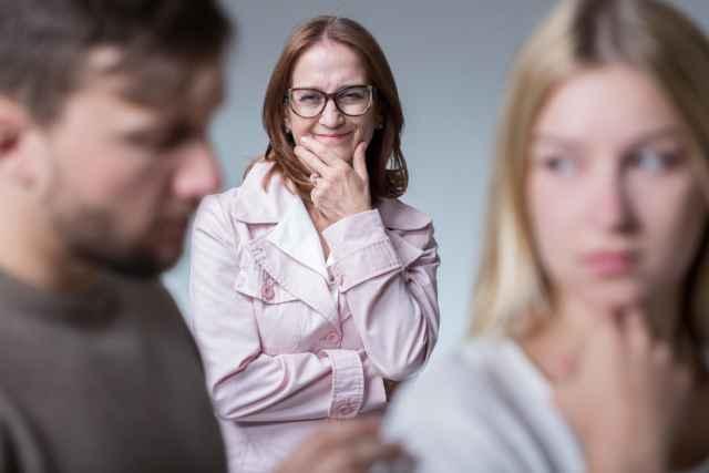 """Γνωριμία με τη μαμά του: Δες πώς θα περάσεις το """"τεστ"""" της πρώτης συνάντησης."""