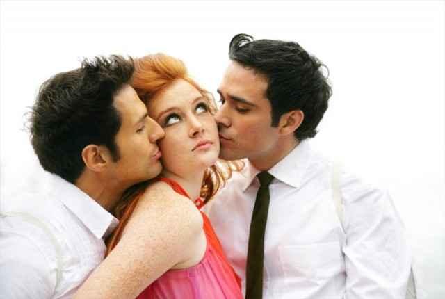 Μπορεί μια γυναίκα να ερωτευθεί 2 άνδρες ταυτόχρονα;