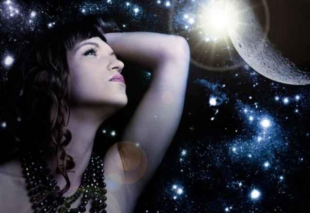Ο Πλούτωνας σε τρίγωνο με τη Μαύρη Σελήνη. Πάθος, έρωτας και σεξουαλικότητα.